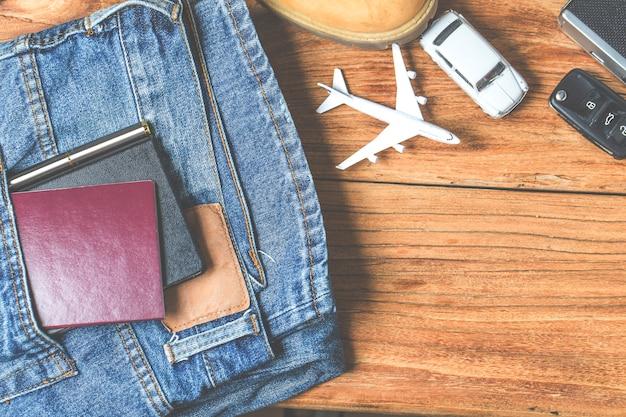 Reisaccessoires kostuums. paspoorten, bagage, de kosten van reiskaarten die voor de reis zijn voorbereid