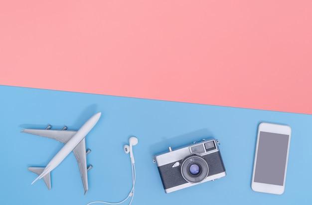 Reisaccessoires objecten en gadgets bovenaanzicht flat lag op blauwe rode achtergrond