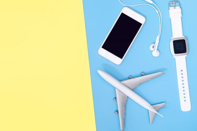 Reisaccessoires objecten en gadgets bovenaanzicht flatlay op blauw geel