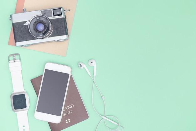 Reisaccessoires objecten en gadgets bovenaanzicht flatlay op blauwe pastel