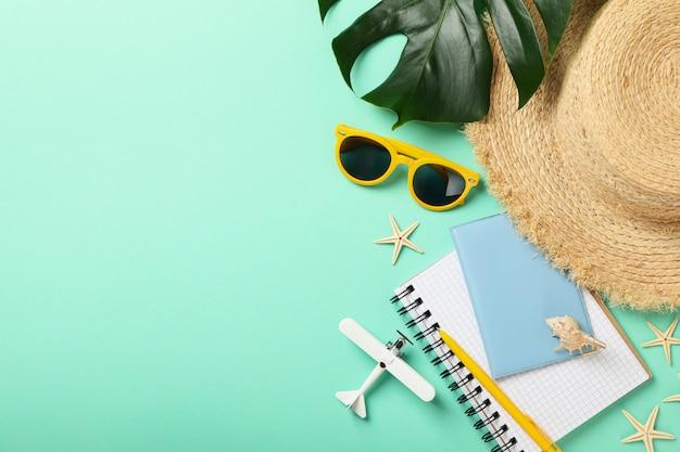 Reisaccessoires op mint, bovenaanzicht. reisblogger