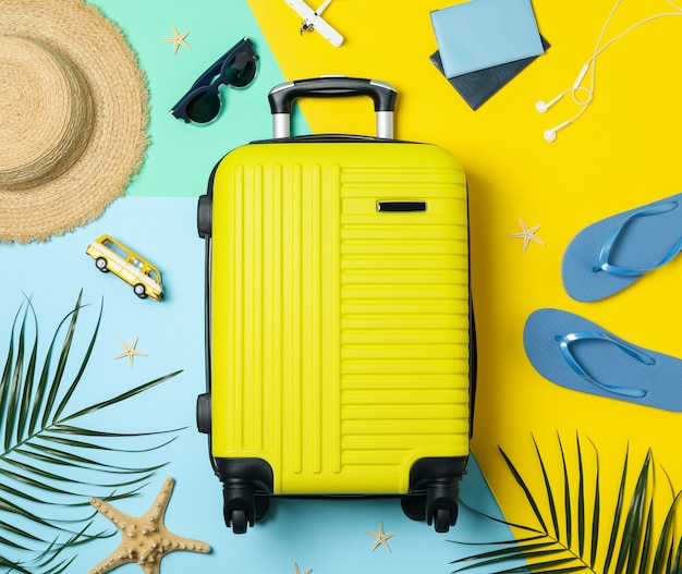 Reisaccessoires op tweekleurig, bovenaanzicht. reisblogger