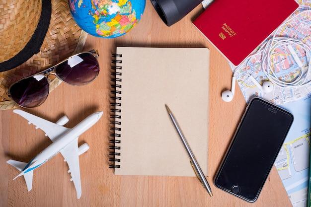 Reisaccessoires voor uw essentiële vakantiezomer met bovenaanzicht.