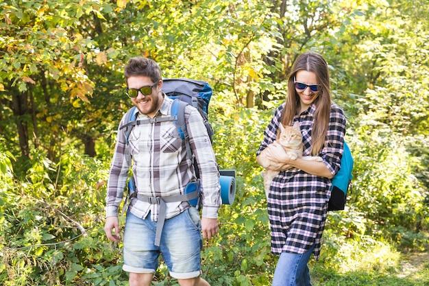 Reisavonturen wandelen toerisme en natuur concept toeristische paar met kat wandelen in het bos