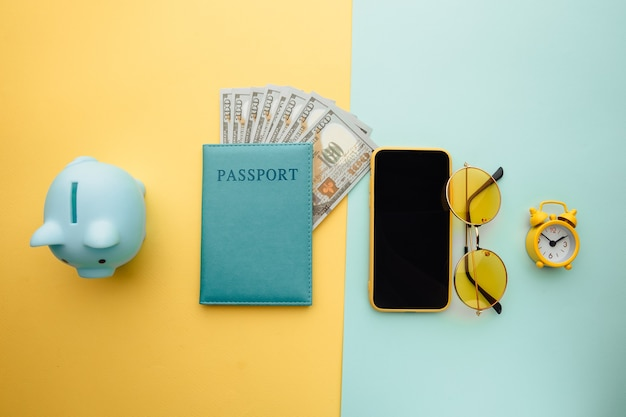 Reisbenodigdheden en paspoort met bankbiljetten