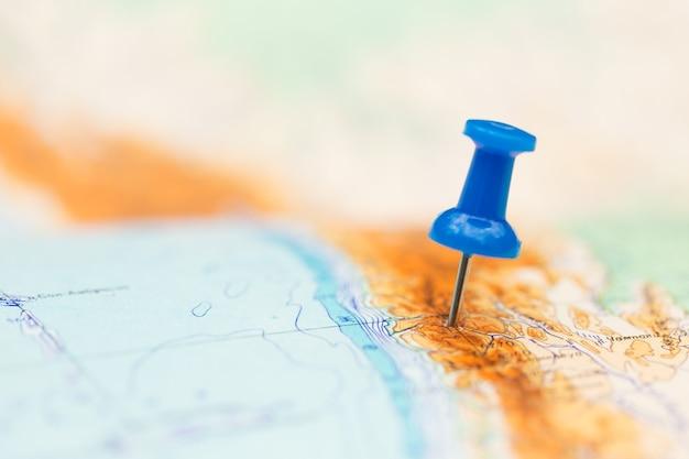 Reisbestemming, blauwe pin op de kaart