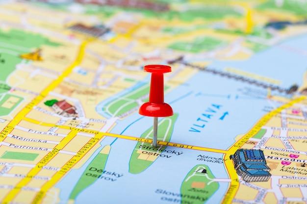 Reisbestemmingspunten op een kaart aangegeven met kleurrijke punaises