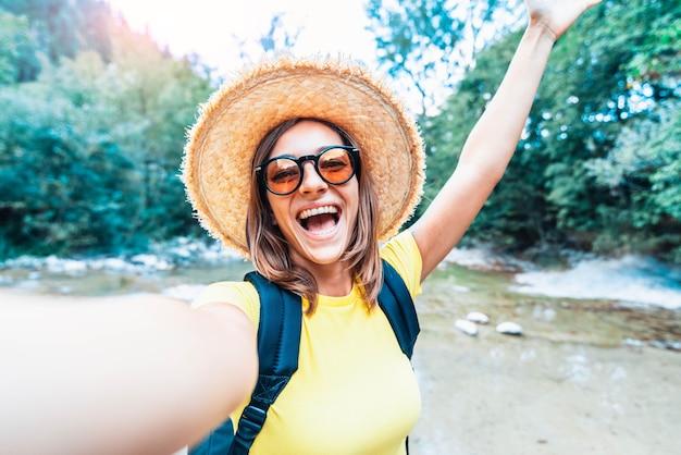 Reisblogger die buitenshuis een selfie maakt
