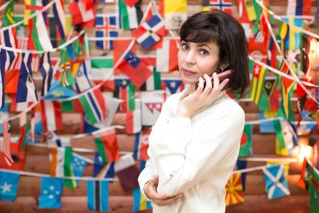 Reisbureau zakenvrouw praten aan de telefoon