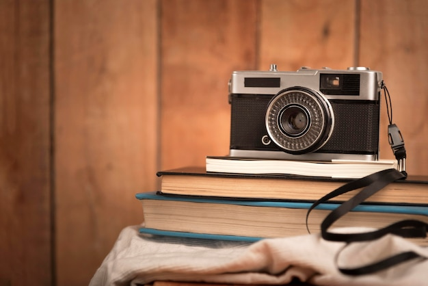 Reisconcept met camera op boeken