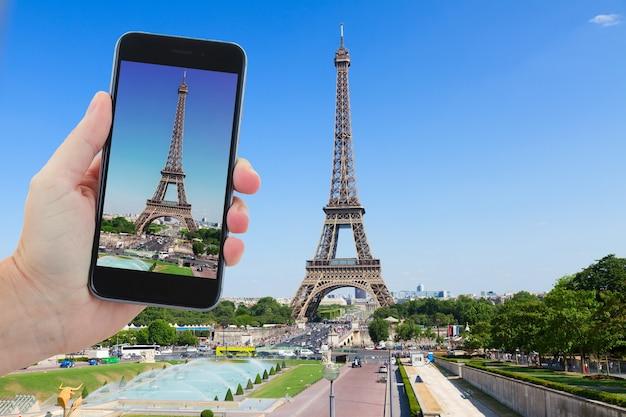 Reisconcept met eiffeltoren en parijs stadsgezicht in zonnige zomerdag, frankrijk