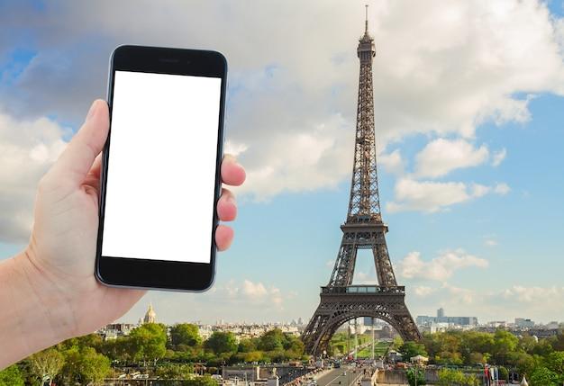 Reisconcept met eiffeltour vanaf de trocadero-heuvel, parijs, frankrijk, kopieer ruimte voor advertenties op het smartphonescherm