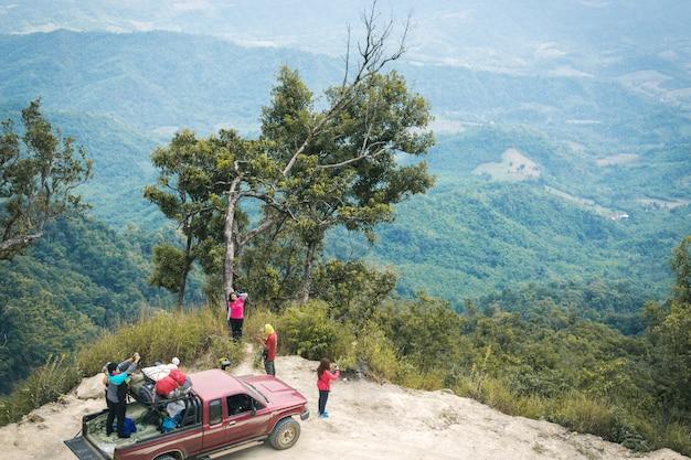 Reisconcept met grote 4x4 auto tegen zonsondergang en bergen
