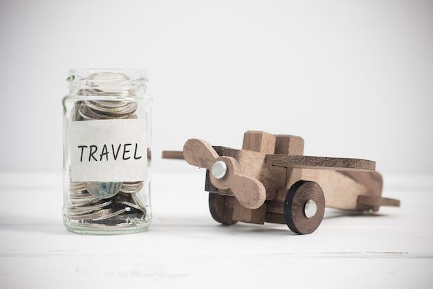Reisconcept met houten vliegtuigstuk speelgoed. zomer vakantie planning, geld budget reis concept.