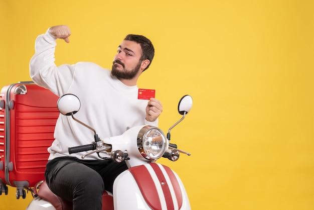 Reisconcept met jonge lachende gelukkig reizende man zittend op motorfiets