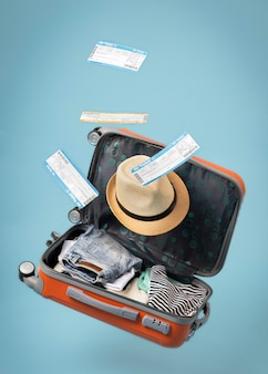 Reisconcept met open bagage en tickets