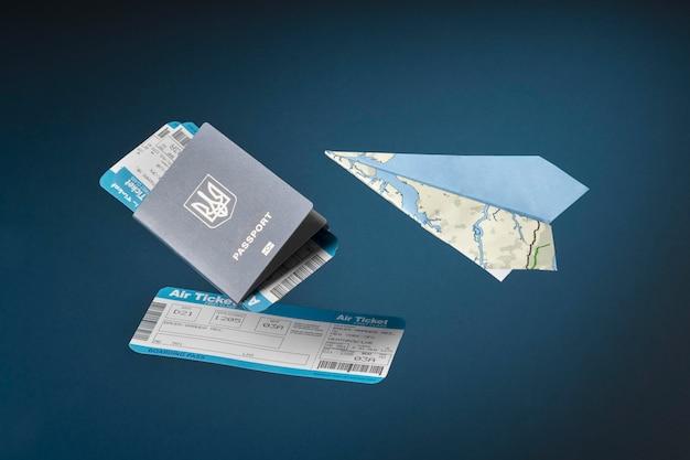 Reisconcept met paspoort en tickets