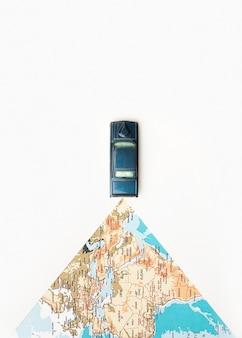 Reisconcept met wereldkaart en speelgoedauto