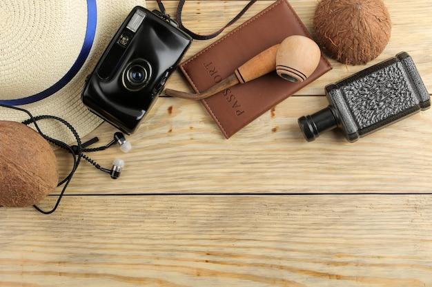Reisconcept paspoort ,, camera en herenaccessoires op een natuurlijke houten tafel. ontspanning. vakantie. bovenaanzicht. ruimte voor tekst