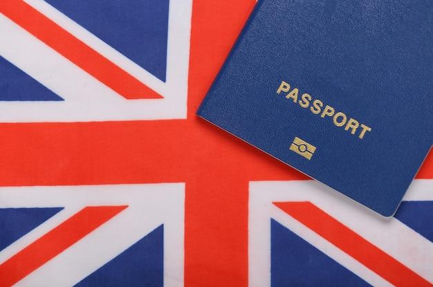 Reisconcept. paspoort tegen de achtergrond van de britse vlag