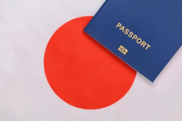 Reisconcept. paspoort tegen de achtergrond van de japanse vlag