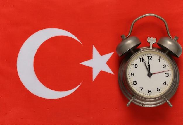 Reisconcept. paspoort tegen de achtergrond van de turkse vlag