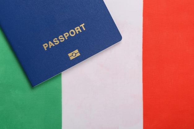 Reisconcept. paspoort tegen de achtergrond van de vlag van italië