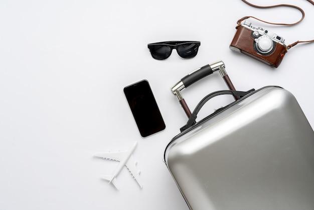 Reisconcept vanuit het bovenaanzicht met bagage en vliegtuig