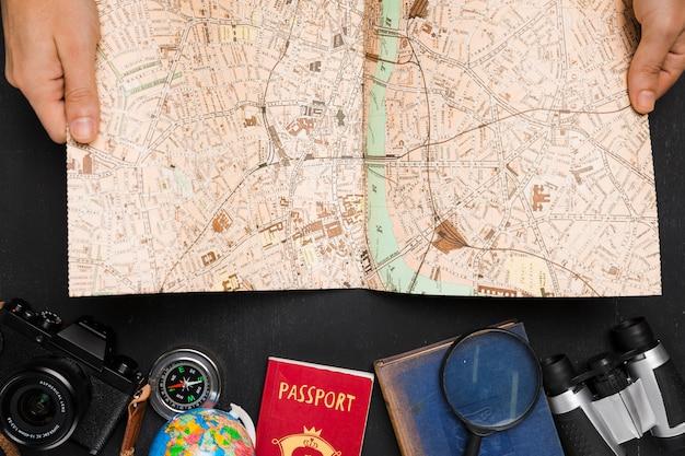Reiselementen onder bovenaanzicht van kaart