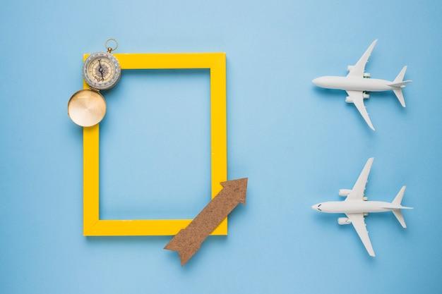 Reisherinneringenconcept met speelgoedvliegtuigen