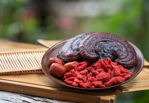 Reishi of lingzhi-paddenstoel, gojibes en rode jujube in de natuur.