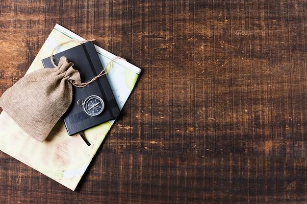 Reiskaart en accessoires op houten achtergrond