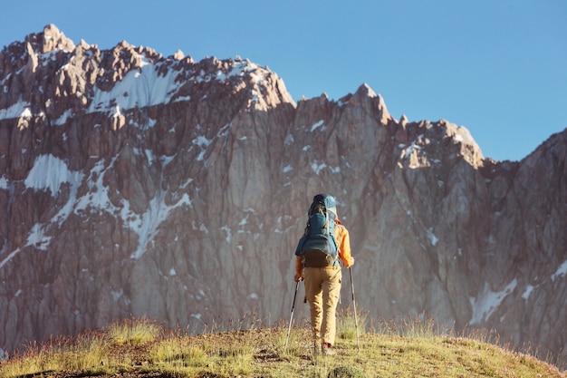 Reislustige tijd. man wandelen in het prachtige fann-gebergte in pamir, tadzjikistan. centraal-azië.
