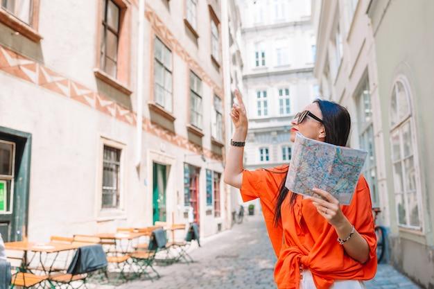Reismeisje met een kaart in wenen in openlucht tijdens vakantie in europa.