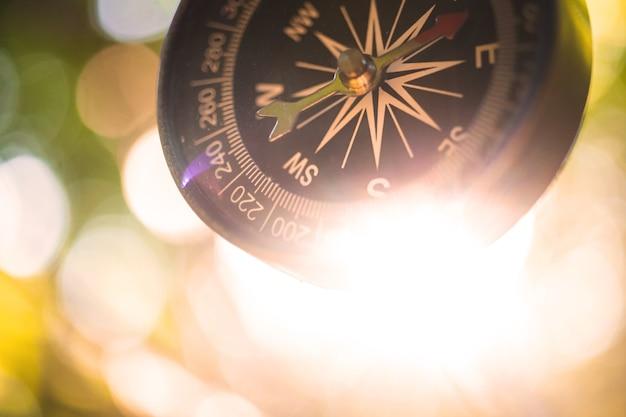 Reisoriëntatie, avontuurlijke navigatie met het kompas in het bos of bosachtergrond, close-up foto