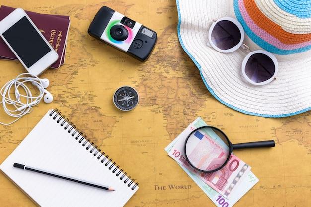 Reisplanner met alle accessoires apparatuur voor reizen, reis vakantie, toerisme