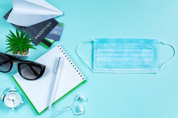 Reisplanning tijdens de coronavirus pandemie paspoort notitieblok en medisch masker