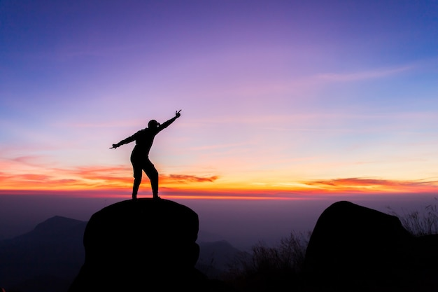 Reist silhouet op de top van de berg, succes concept