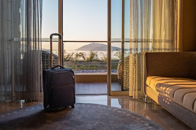 Reistas voor het raam in een hotelkamer