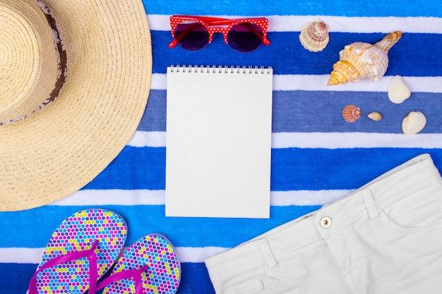 Reistoebehoren en mode op blauwe exemplaarruimte voor reisaffiche.