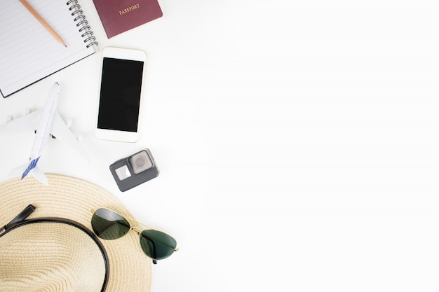 Reistoebehoren met paspoorten op reis op wit worden voorbereid die