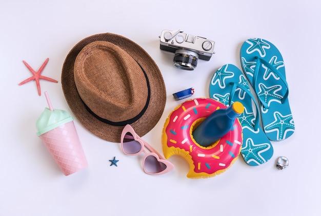 Reistoebehorenpunten op witte achtergrond, het concept van de de zomervakantie