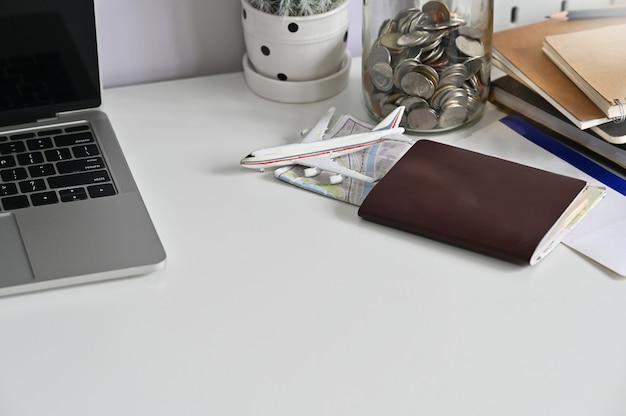 Reisvoorbereidingen, paspoort, vliegticket en kaart op kantoor tafel.