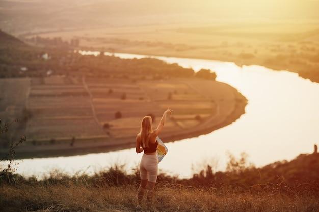 Reisvrouw geniet van het natuurlandschap.
