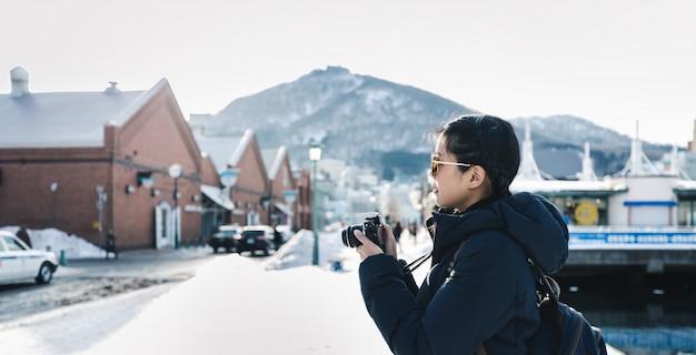 Reisvrouw in wintertijd