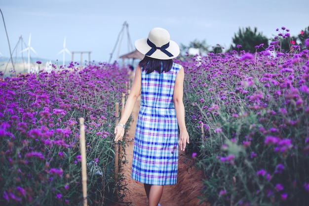 Reisvrouw met purpere bloem