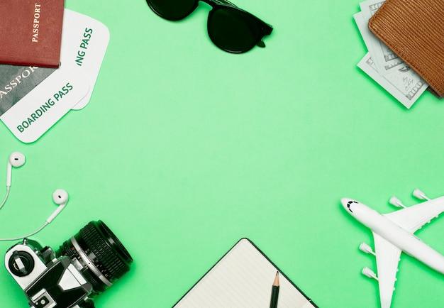 Reizen achtergrond. items voor reizen en vluchten: tickets, paspoort, geld, zonnebril op een gekleurde achtergrond. rust en vakantie concept