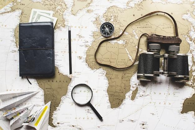 Reizen achtergrond met papier vliegtuigen en andere decoratieve voorwerpen