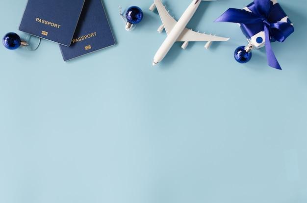 Reizen als cadeau. speelgoedvliegtuig met paspoorten en geschenkdoos.