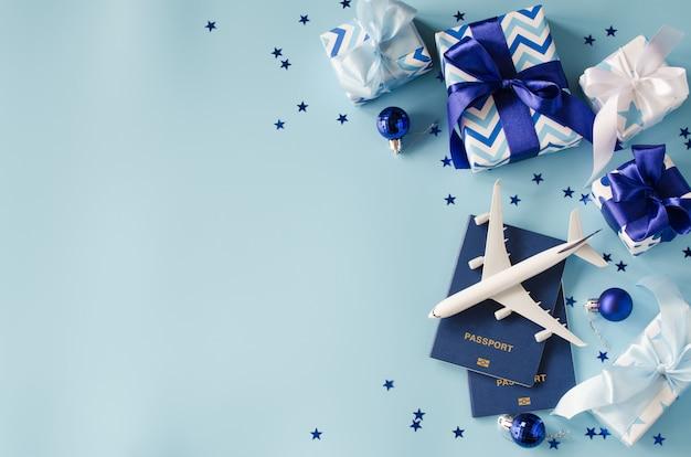 Reizen als cadeau. speelgoedvliegtuig met paspoorten en geschenkdozen.